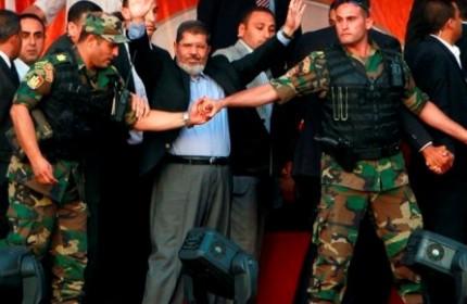 مرسی در بازداشت ارتش/بازداشت 2 رهبر اخوانالمسلمین مصر/300 عضو دیگر تحت پیگرد