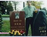 مردی که عاشق عکسگرفتن با قبر افراد مشهور است /عکس