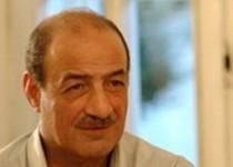 ساسان تبسمی در کنار بهمن فرزانه آرام گرفت