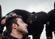 خوشگذرانی مرد شیاد با لباس نیروی انتظامی در پارک ها