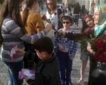 هدیه دادن گل به زنان بیحجاب / تصاویر