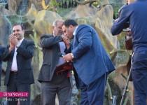 شهرداری که در میان هزاران نفر دست کارگر شهرداری را بوسید