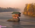 تک خانهای در میان رودخانه / تصاویر