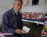 مردی که ۲۴ سال است بدهی خود به همسایگانش را پرداخت می کند/تصاویر