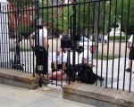 یک مرد آمریکایی مقابل کاخ سفید برهنه شد/تصاویر