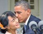 بوسیدن انگ سان سوچی توسط اوباما و… / تصاویر