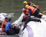 هواپیمای تایوانی پس از برخورد با پل در رودخانه سقوط کرد/تصاویر