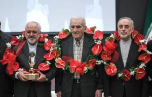 اهدای تندیس پهلوانی به دکتر ظریف و تیم مذاکرات هستهای/ تصاویر