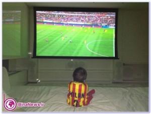 پسر در حال تماشای بازی پدر + عکس