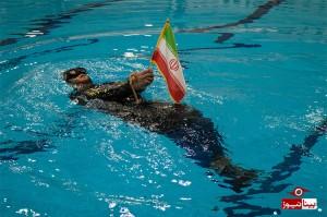 شنا با دست و پای بسته به یاد شهدای غواص+تصاویر